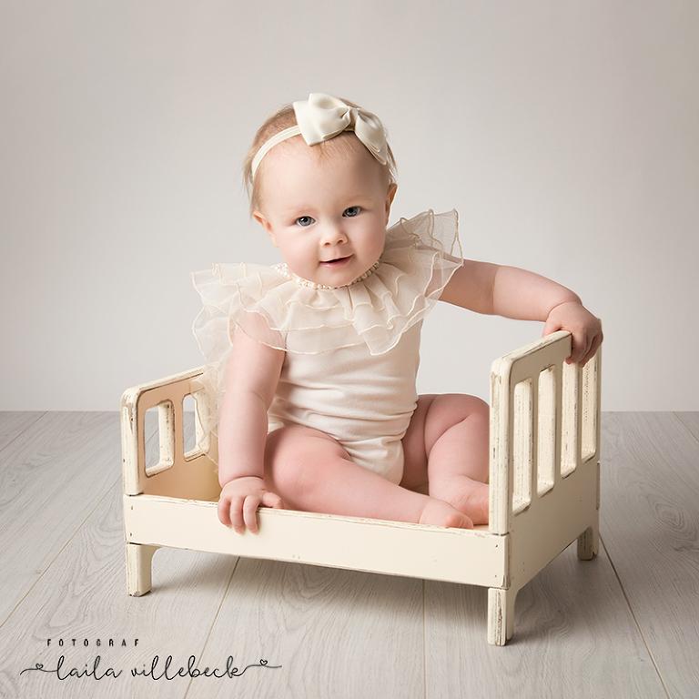 En söt liten prinsessa hos fotografen