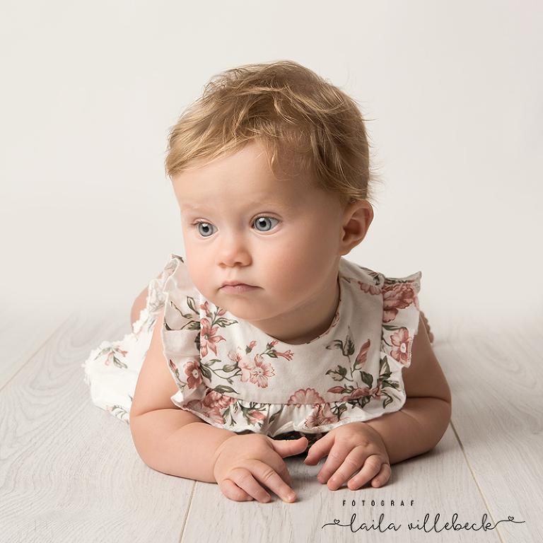 Liten fundersam bebis på grått golv från IKEA