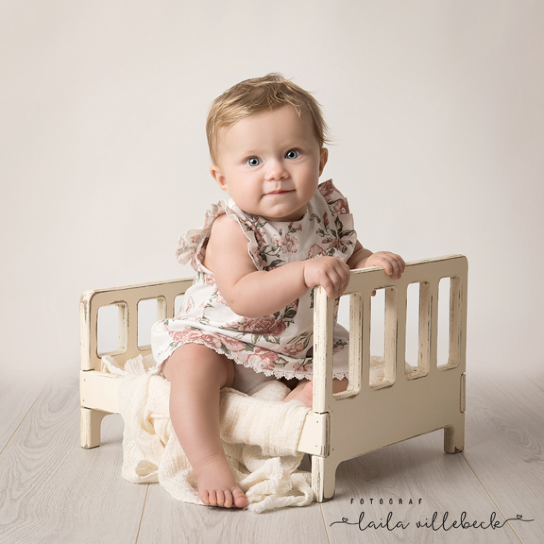 Hvenilda provar fotograf Laila Villebecks nya rekvisita