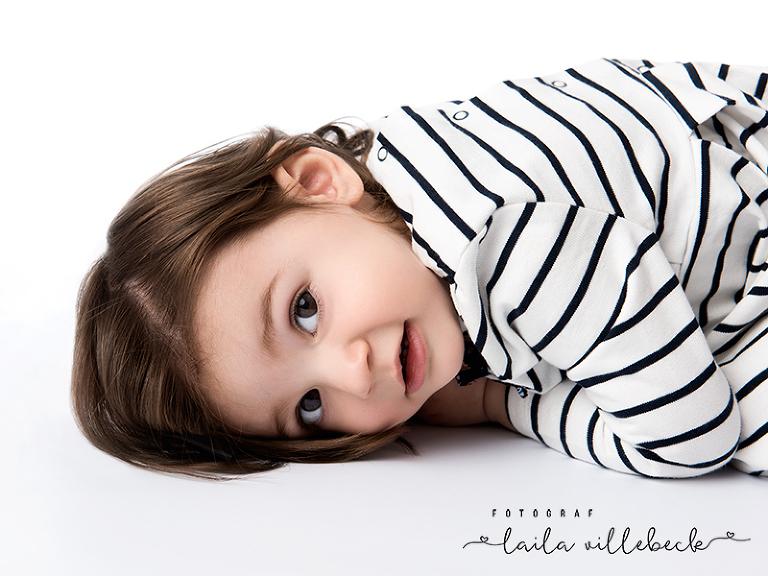 På slutet av fotograferingen var ettåriga Wilma trött och lade sig ner på studiogolvet
