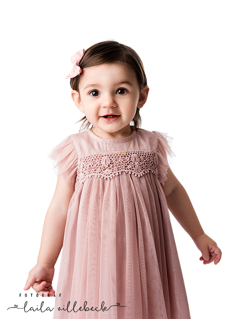 När Wilma kom för ettårsfotografering hade hon den sötaste gammelrosa klänningen på sig
