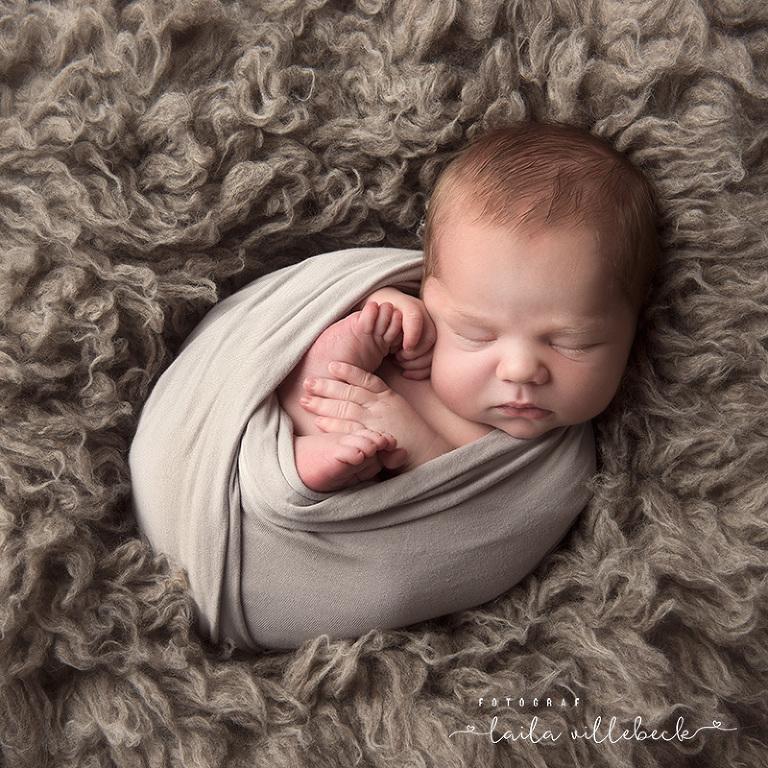 Inlindad nyfödd bebis under nyföddfotografering i Linköping 2018