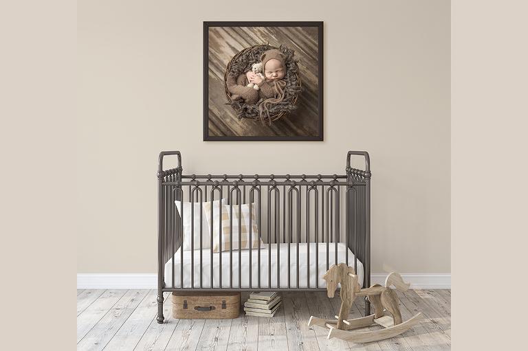 Nyföddfoto hänger över barnets säng