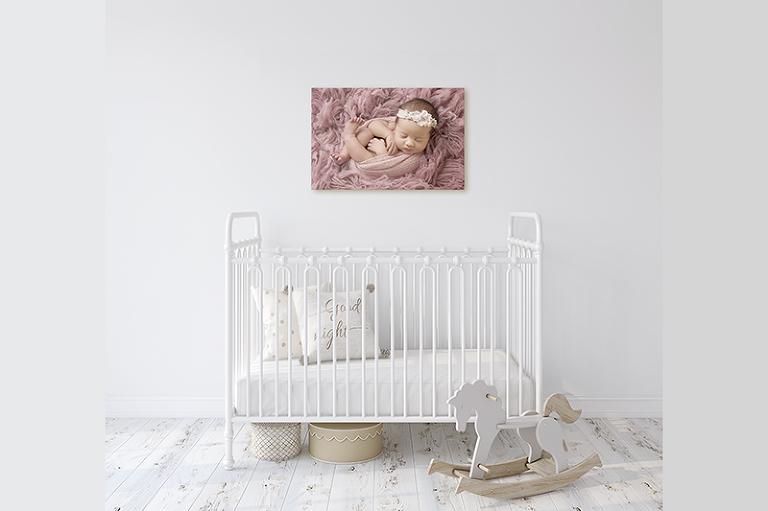 Tavla från nyföddfotografering att hänga över barnets spjälsäng