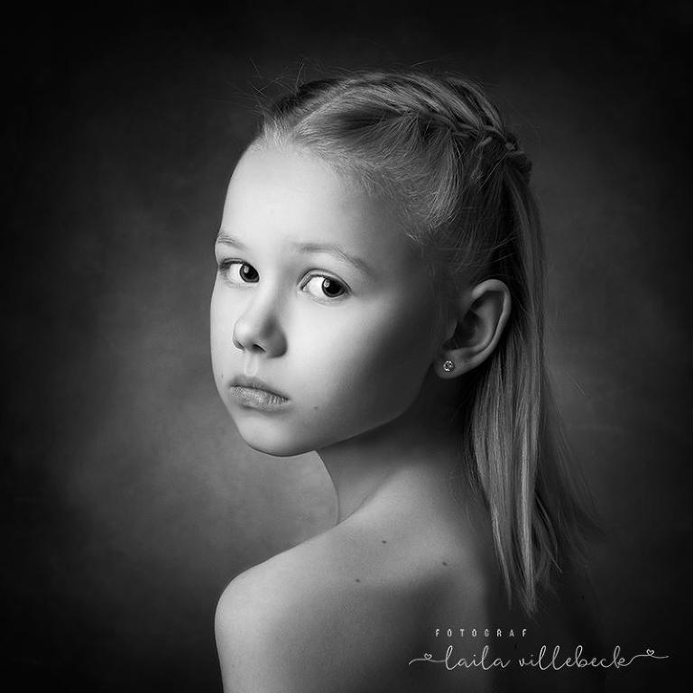 Vackert och avskalat svartvitt porträtt på flicka
