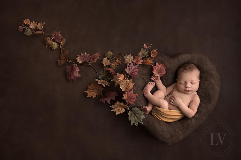 Nyföddfotografering med hösttema.
