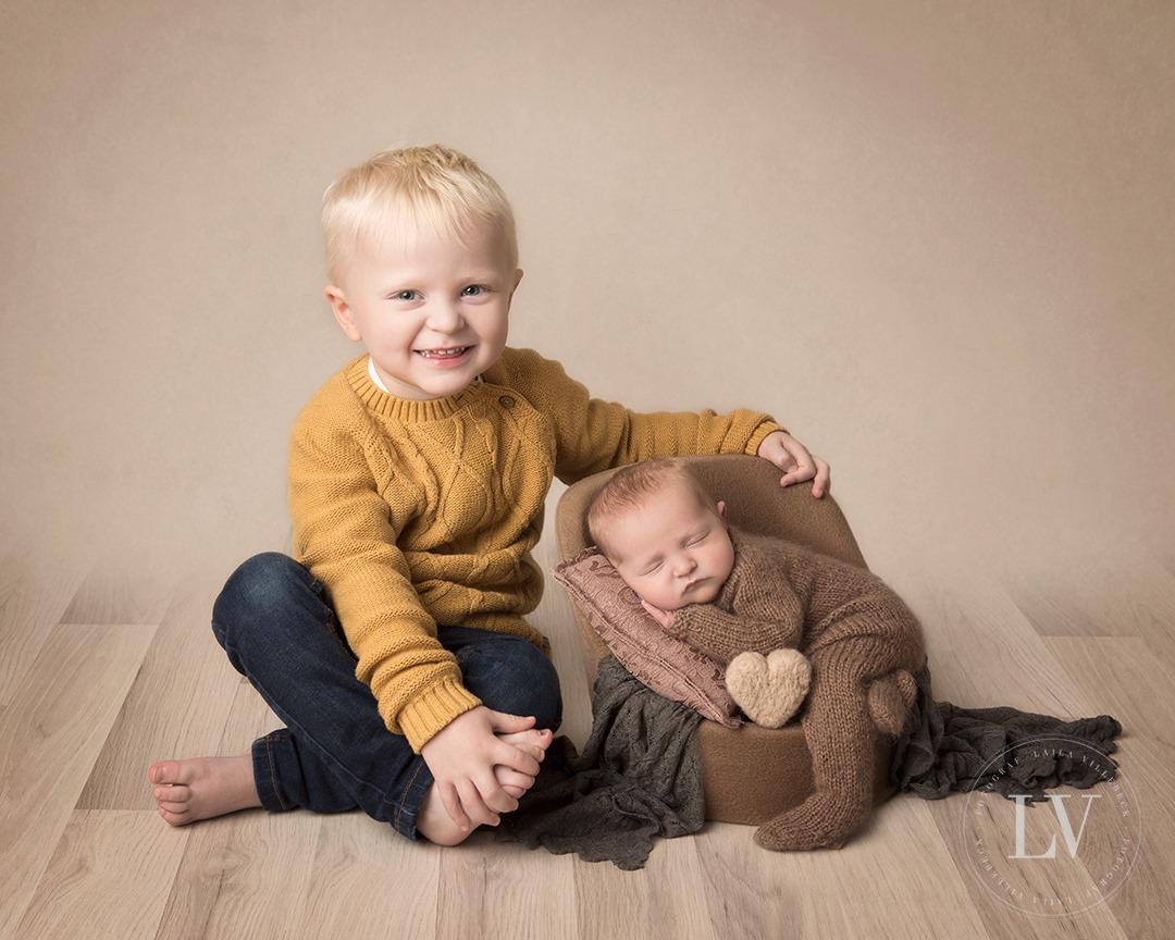 Nyfödda Iza med sin storebror