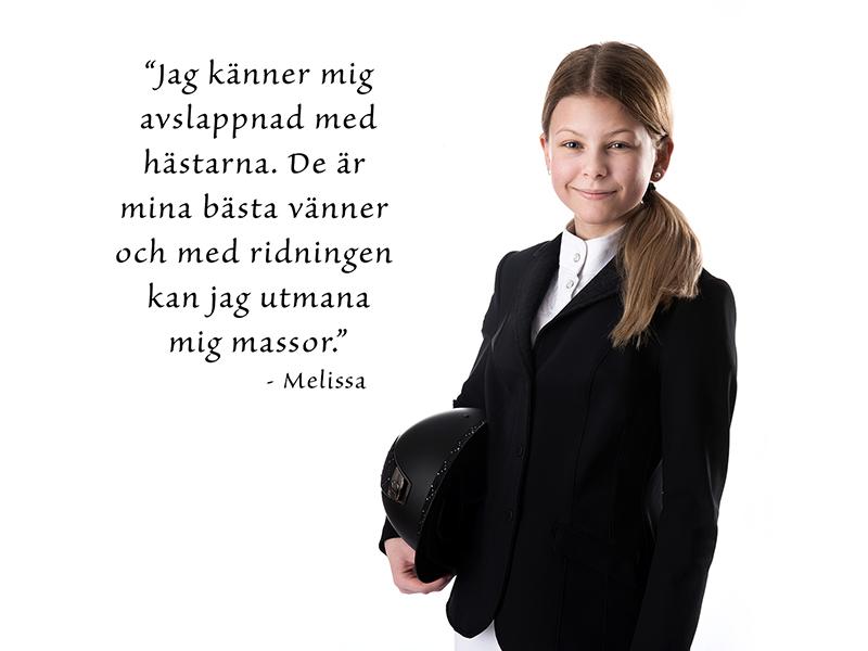 Melissa Fröhlich iklädd svart tävlingskavaj och vit skjorta, ridsportstema.