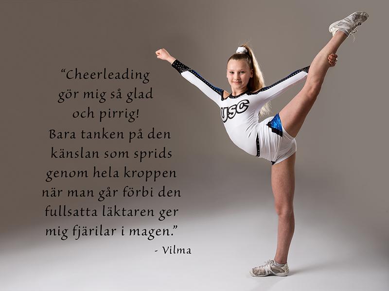 Vilma står i cheerleading position iklädd USC dräkt