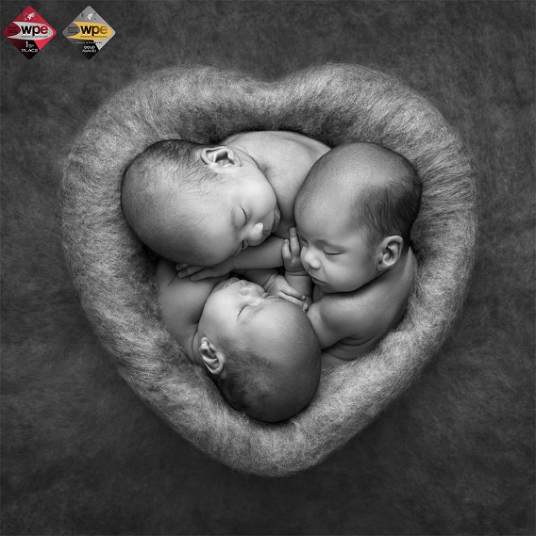 Första plats och Gold Award i nyföddkategorin fick den här bilden på enäggstrillingarna Leah, Livia och Lilly
